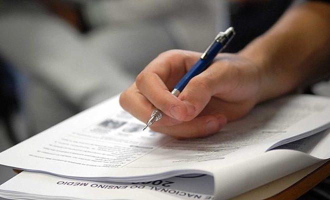 Estudante fazendo exame do enem